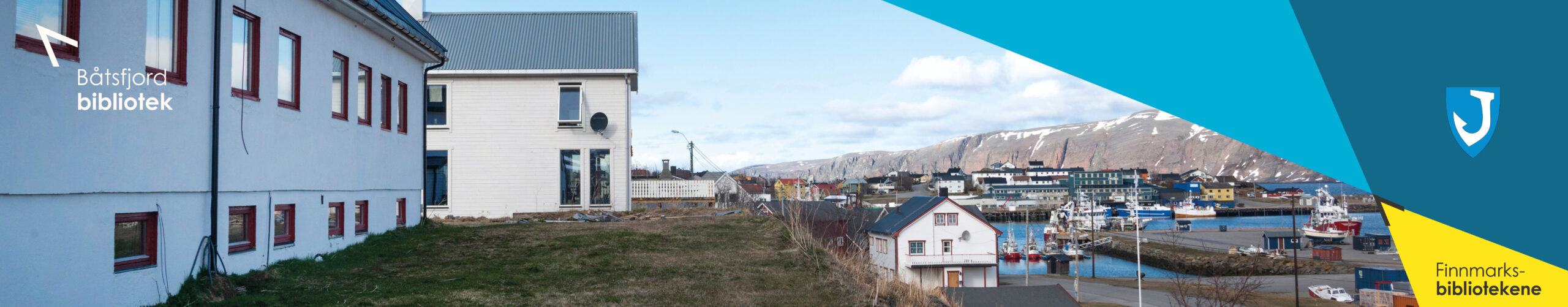 Tor Hauge sitter på hekken til en pram i Vadsø havn